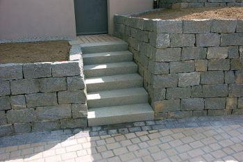 Mauer und Blockstufen Sora